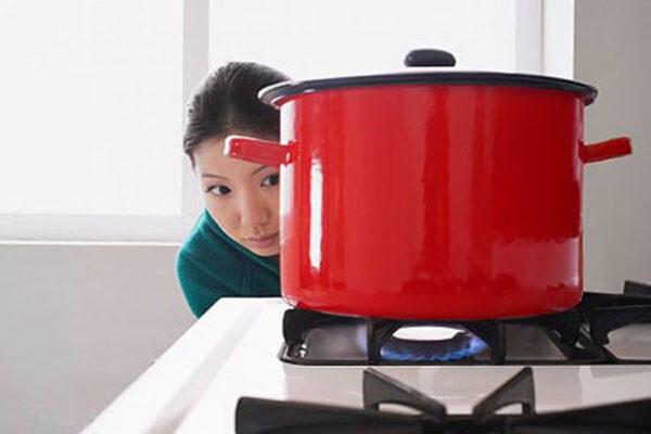 Túc trực bên bếp gas khi nấu nướng